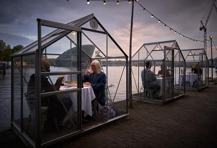 Restaurante em Amsterdã recebe clientes em estufas privativas para garantir isolamento, © Willem Velthoven para Mediamatic Amsterdam
