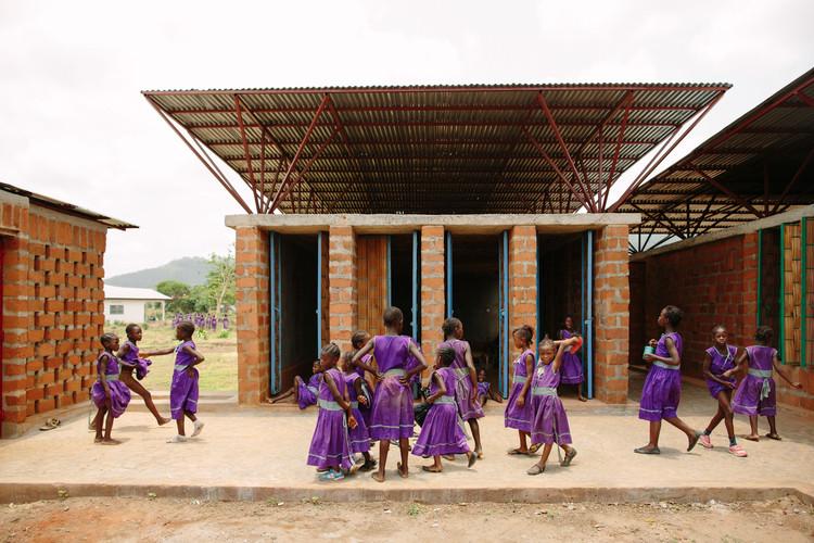 Escuelas que transformaron comunidades en tiempos de crisis, Escuela comunitaria primaria para niñas / Orkidstudio © Peter Dibdin