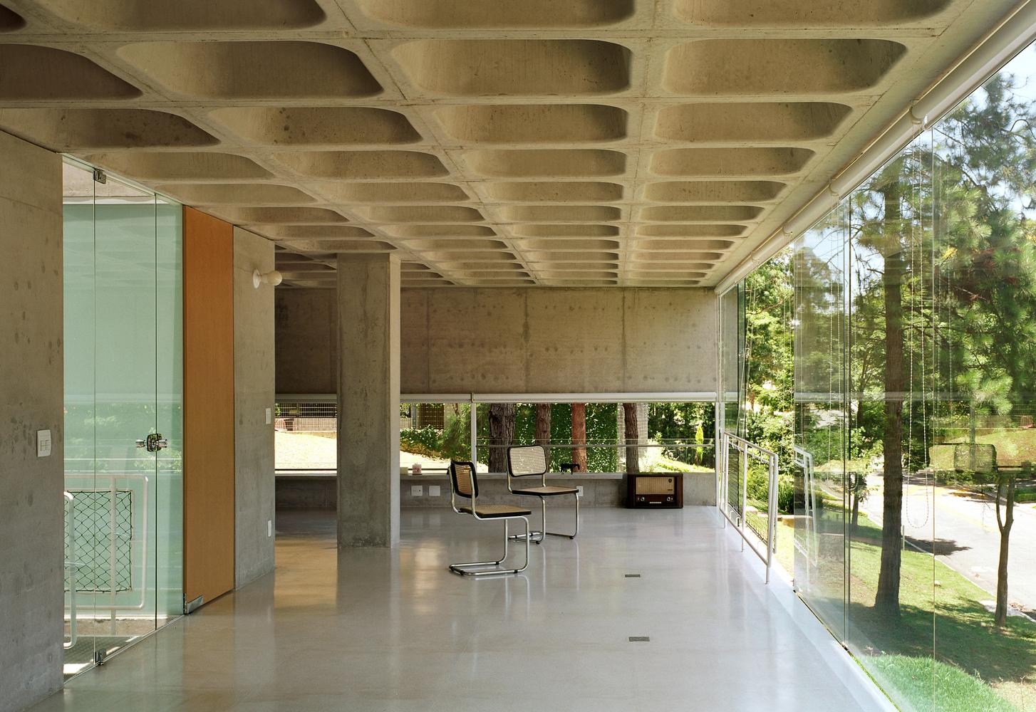 Tipos de encofrados para moldear el hormigón visto,Casa na Aldeia da Serra / MMBB Arquitetos + SPBR Arquitetos. Image © Nelson Kon