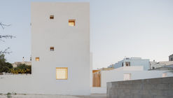 The White Tower House / Dosarchitects