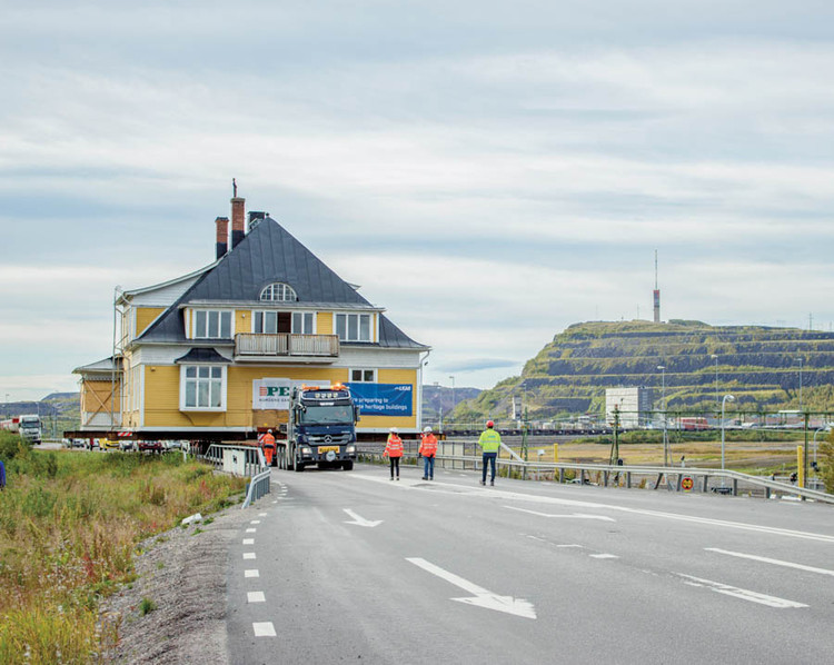 Ciudad de 125 años en Suecia se reubica debido a su inestabilidad geológica, Kiruna, una ciudad sueca dentro del Círculo Polar Ártico, ha tenido que trasladarse debido a la inestabilidad geológica provocada por la minería. Esta circunstancia inusual es el foco de Kiruna Forever, una exposición en ArkDes. Ingenjörsvillan, una casa en Kiruna, fue una de las estructuras trasladadas. En la nueva ubicación de la ciudad, un municipio circular diseñado por Henning Larsen es la pieza central. Cortesía de Jessica Nilden.