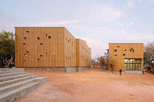 Limpopo Youth Hostel / Local Studio