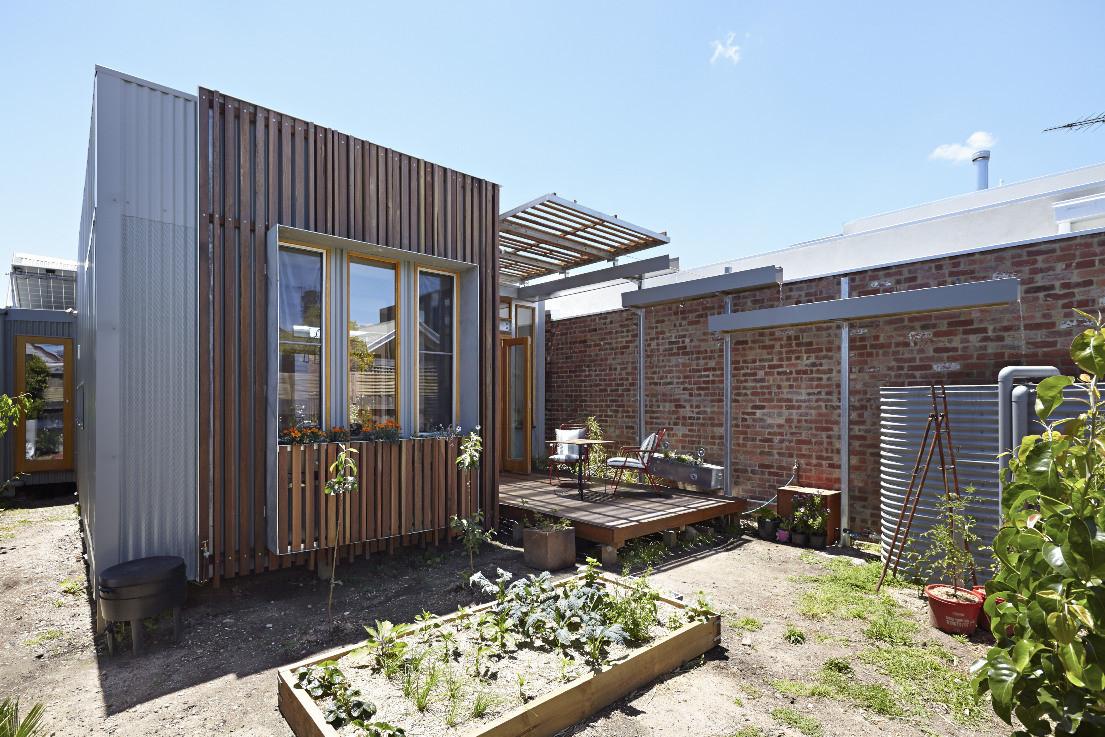 Consejos para aprovechar el agua de lluvia en proyectos de arquitectura,Convertible Courtyards House / Megowan Architectural. Image © Nils Koenning