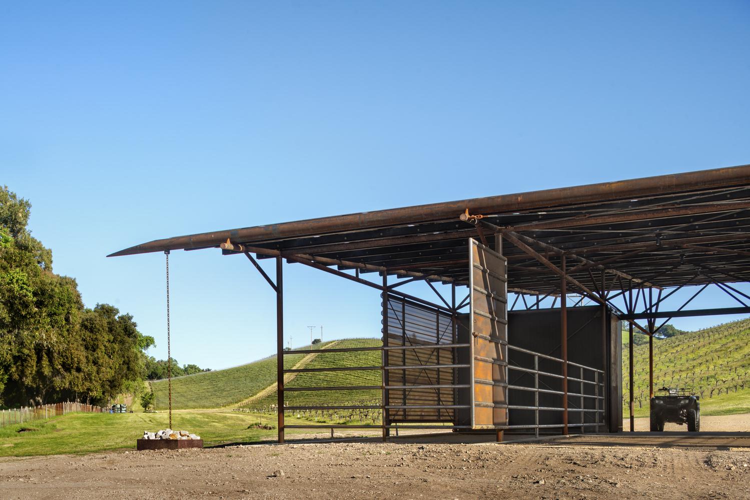Consejos para aprovechar el agua de lluvia en proyectos de arquitectura,Saxum Vineyard Equipment Barn / Clayton & Little. Image © Casey Dunn