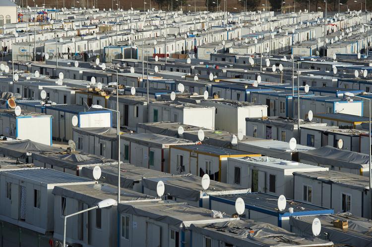 Campos de refugiados: de assentamentos temporários a cidades permanentes, SANLIURFA, TURKEY - February 19, 2014: Aerial view of Akcakale Refugee Camp. Approximately 28.000 Syrian people reside in Akcakale Tent Camp in Urfa.. Image via Shutterstock/ By answer5