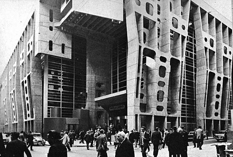 De la Cueva de las manos a Clorindo Testa: un curso gratuito sobre el patrimonio arquitectónico argentino, Banco de Londres en Buenos Aires / Clorindo Testa y SEPRA. Image © Eduardo Colombo