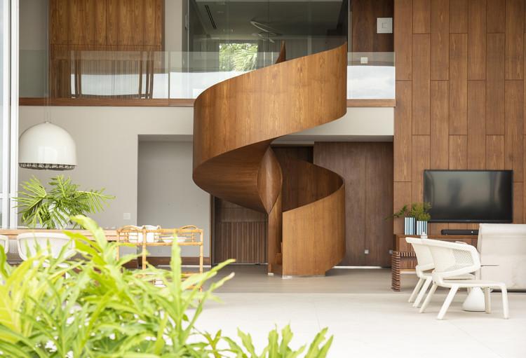 Casas brasileiras: 16 residências com escadas de madeira, Residência Aldeia / Vivian Coser Arquitetos Associados. Imagem: © Romulo Fialdini