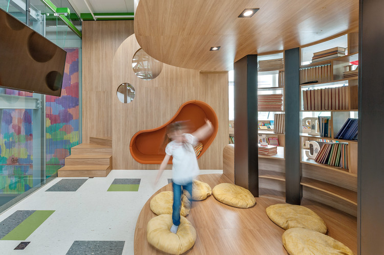 Biblioteca da Escola Umbrella / Savana Lazaretti Arquitetura e Design Sensorial, © Renata Salles