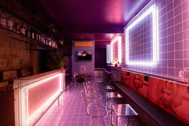How Neon Lighting Shapes Architecture, Madalena Bar / Emanuella Wojcikiewicz Studio. Image © Fabio Puttini