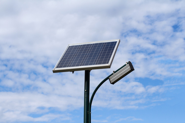 Beneficios de los sistemas de iluminación solar sin conexión a la red, via macondo / Shutterstock