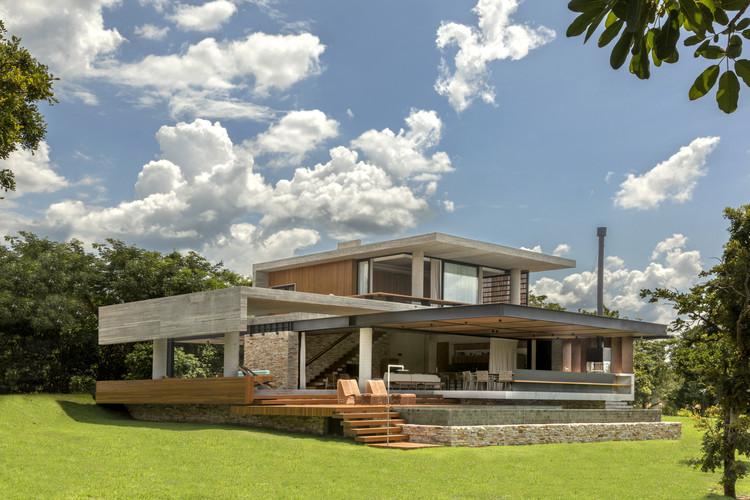 Concrete House / Costaveras Arquitetos, © Edgard Cesar