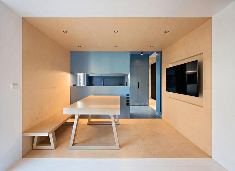 Monochromatic Kitchens: 3 Design Strategies with a Single Color, Apartament in Korydallos / Plaini and Karahalios Architects. Image © Nikos Papageorgiou