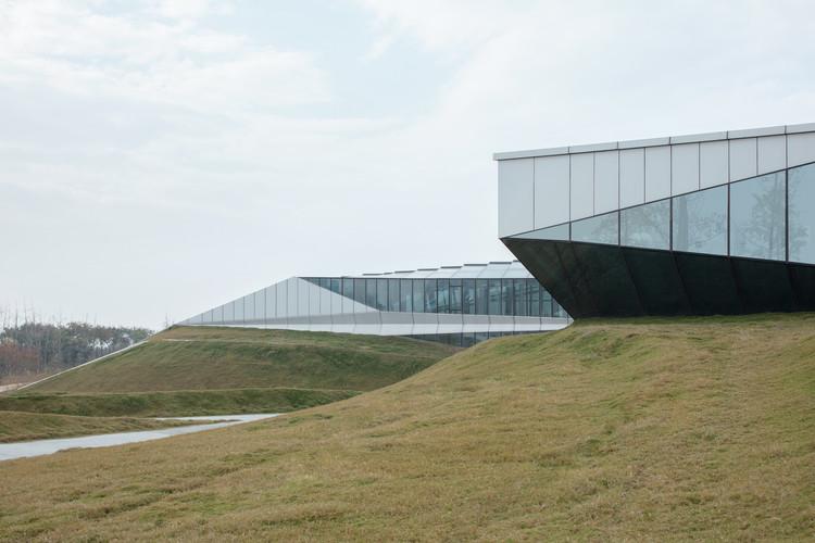 Grünflächen breiten sich vom Boden des Gebäudes aus. Bild © Zhi Xia
