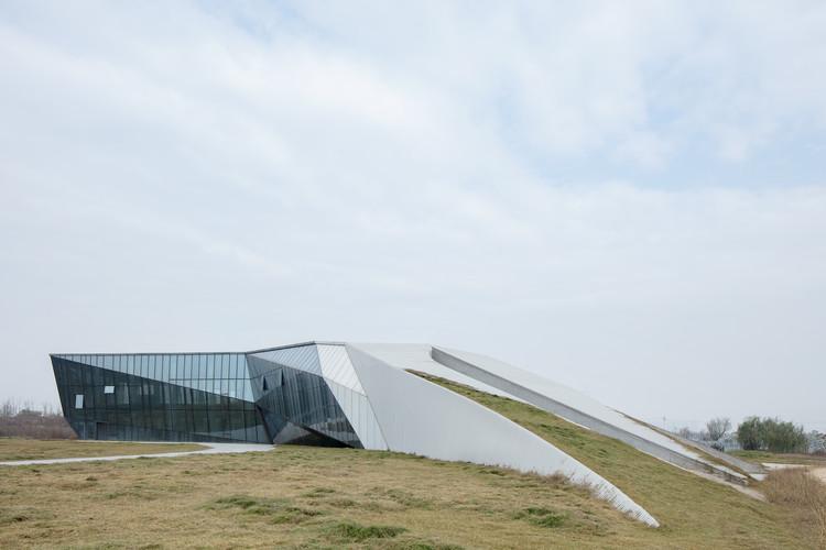 Das Designhotel erhebt sich mit dem Gründach aus dem Boden. Bild © Zhi Xia