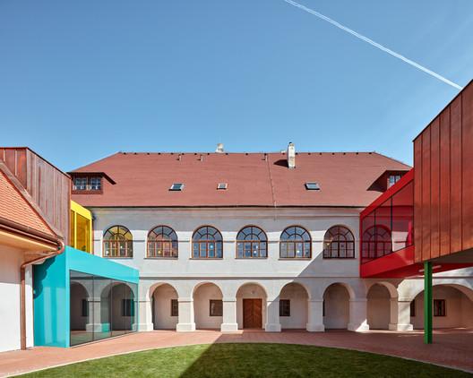 Escuela primaria Vřesovice / Public Atelier + Fuuze