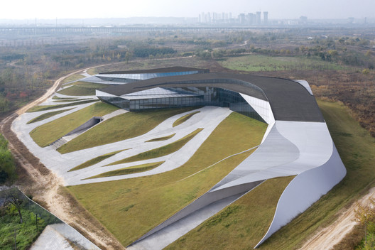 Woven linkage and mutual transformation between architecture and landscape from the roof view. Image © Zhi Xia