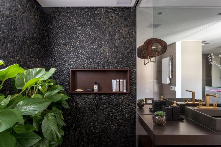 Brazilian Interiors: 11 Designs with Indoor Vegetation, Salvador Apartment / Tria Arquitetura. Image: © Fran Parente