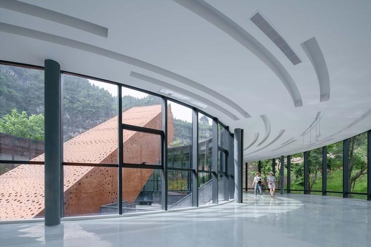 Quadratische Röhre von schrägen großen Treppe von kreisförmigen Ausstellungshalle gesehen. Bild © Yilong Zhao
