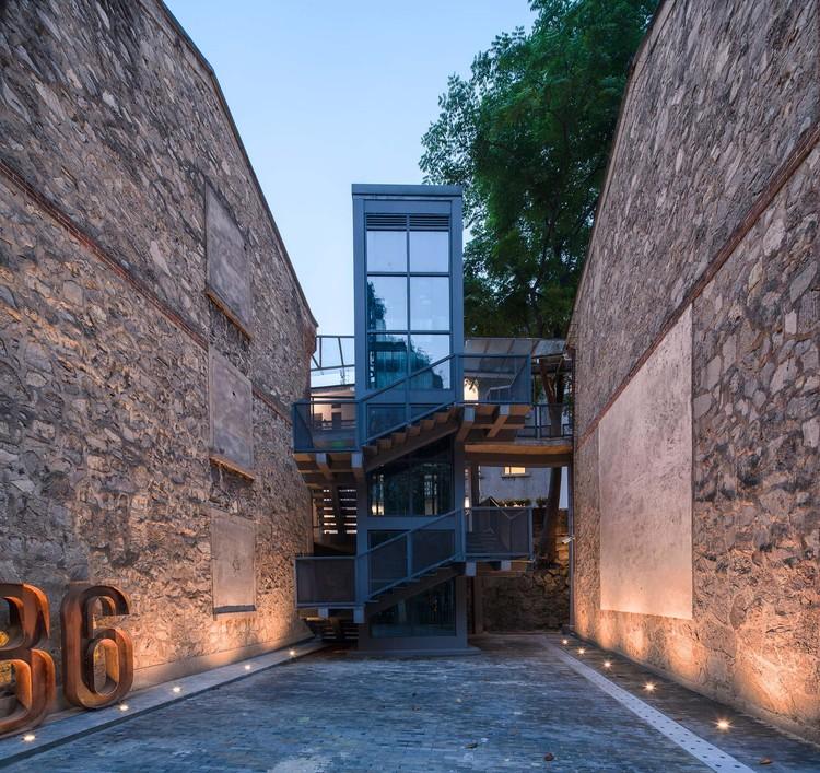 Die historischen Außenwände des ursprünglichen Gebäudes gut erhalten mit neuen Verkehrsbau hinzugefügt. Bild © Yilong Zhao
