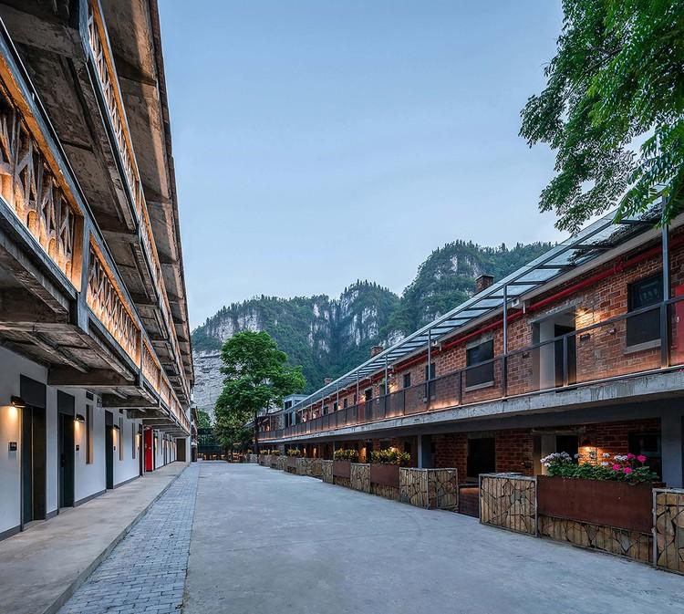 Das Zimmer bewahrt die ursprüngliche rote Backsteinfassade. Bild © Yilong Zhao