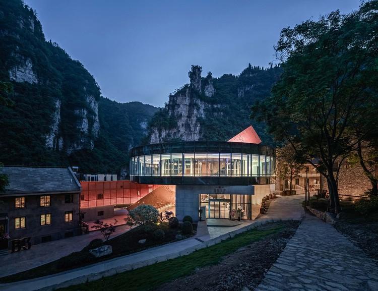 Schräge Treppenblöcke passieren den Ring wie Bausteine. Bild © Yilong Zhao