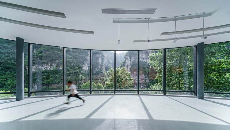 Rundum-Ausstellungshalle und die durchgehende Bergkulisse vor dem Fenster. Bild © Yilong Zhao