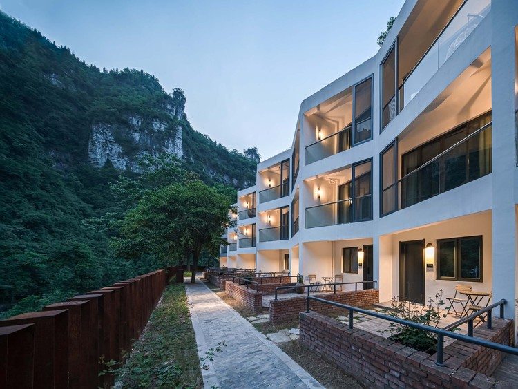 Die Zimmer auf der Westseite verfügen über neue Balkone und Höfe. Bild © Yilong Zhao