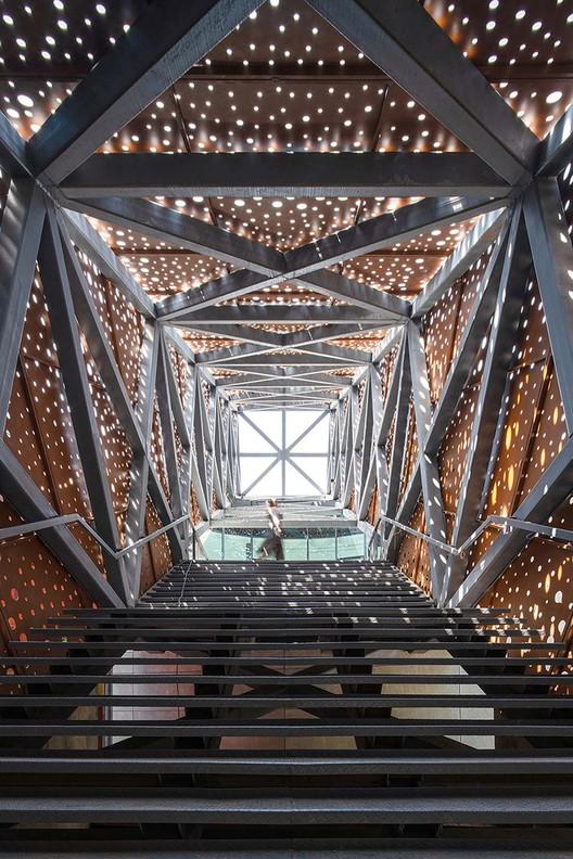 Wichtige Stufen, die von der Lobby zum Dach führen, mit Öffnungen in der Fassade, um einen dramatischen Licht- und Schatteneffekt zu erzeugen. Bild © Yilong Zhao