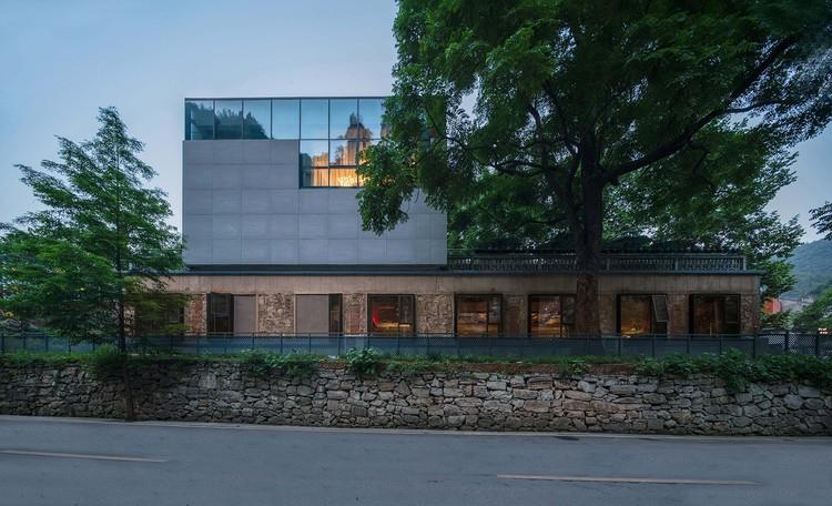 Nach der Renovierung wird die alte Steinmauer im ersten Stock des chinesischen Restaurants aufbewahrt, im Gegensatz zu den neuen Materialien der zweiten und dritten Etage. Bild © Yilong Zhao