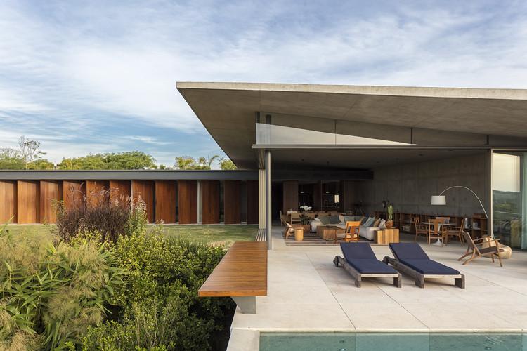 Casas brasileiras: 20 residências que diluem os limites entre interior e exterior, Casa Origami / Bernardes Arquitetura. Imagem: © Leonardo Finotti