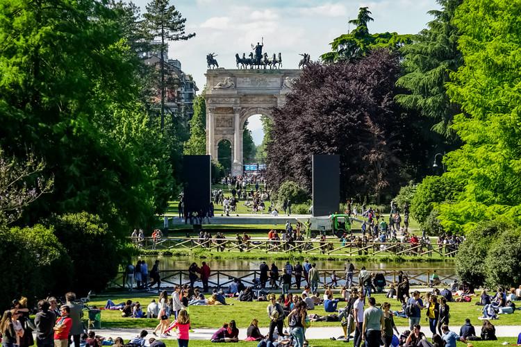Systematica publica estudio sobre el acceso a las áreas públicas verdes de la ciudad de Milán, Arco del triunfo de Porta Sempione en el parque Sempione de Milán. Imagen vía Shutterstock/ By NYC Russ