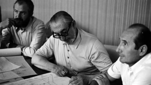 Carlo Scarpa working on the design of the Banca Popolare di Verona, with his associates, Arrigo Rudi and Renato Scarazzai. Photo courtesy of George Dodds.