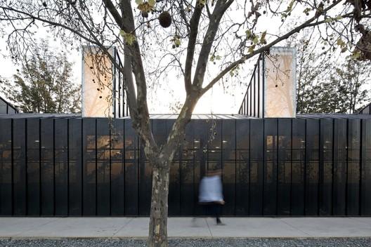 ¿Cómo lograr transparencia y ligereza con paneles metálicos perforados?