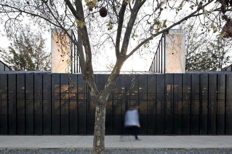 Permeabilidade e leveza nas fachadas metálicas perfuradas, Colegio Alianza Francesa Jean Mermoz / Guillermo Hevia García + Nicolás Urzúa Soler. Image © Nico Saieh
