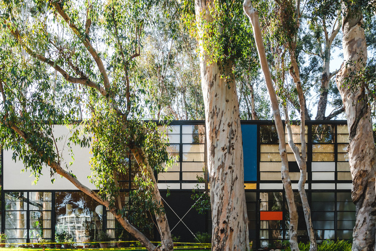 Charles and Ray Eames: The Designers Who Shaped the Course of Modernism, Eames House / Charles and Ray Eames. Image © Stephanie Braconnier / Shutterstock