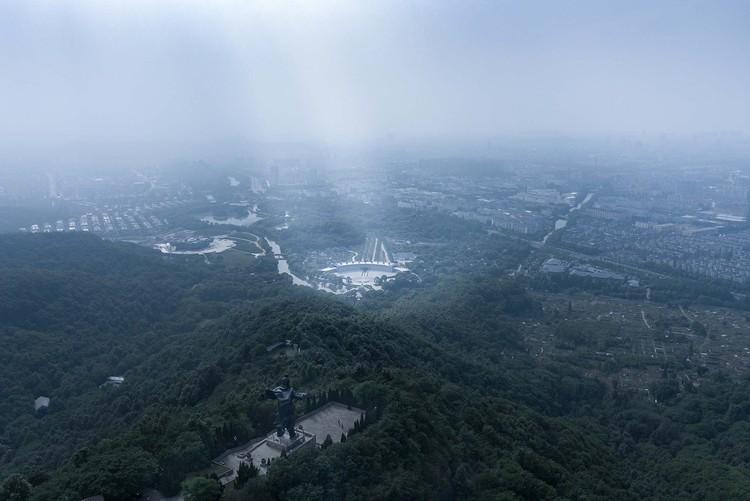 Blick auf den Jiyu-Platz von der Großen Yu-Statue. Bild © Qiang Zhao