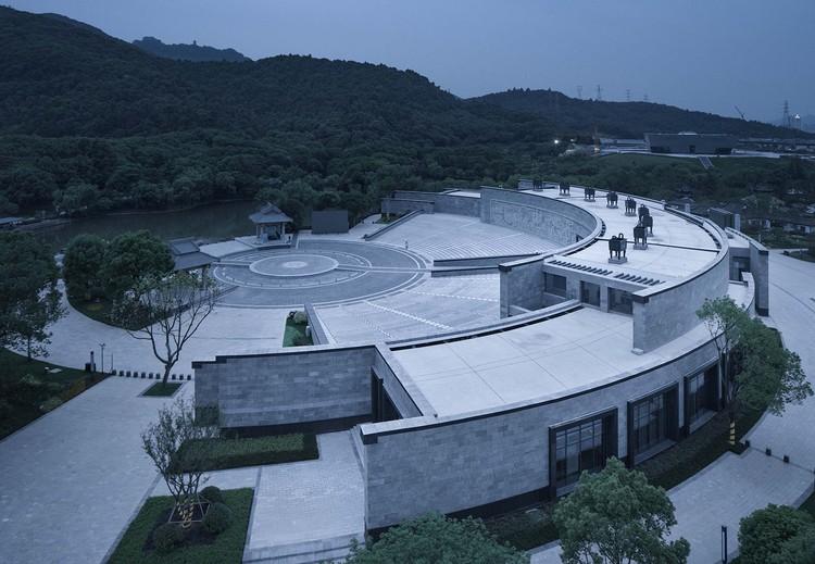 Der Jiyu-Pavillon, der von konzentrischen Wänden umgeben ist. Bild © Qiang Zhao