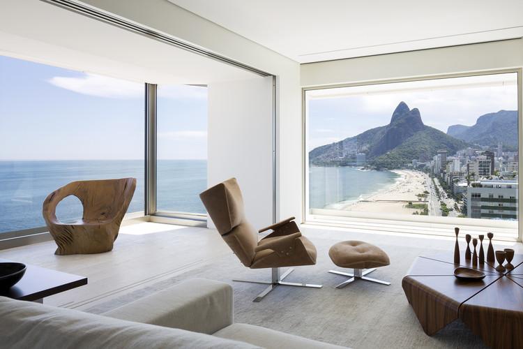 Interiores en Brasil: 26 viviendas con mobiliario icónico, Apartamento RS / Studio Arthur Casas. Foto © Filippo Bamberghi