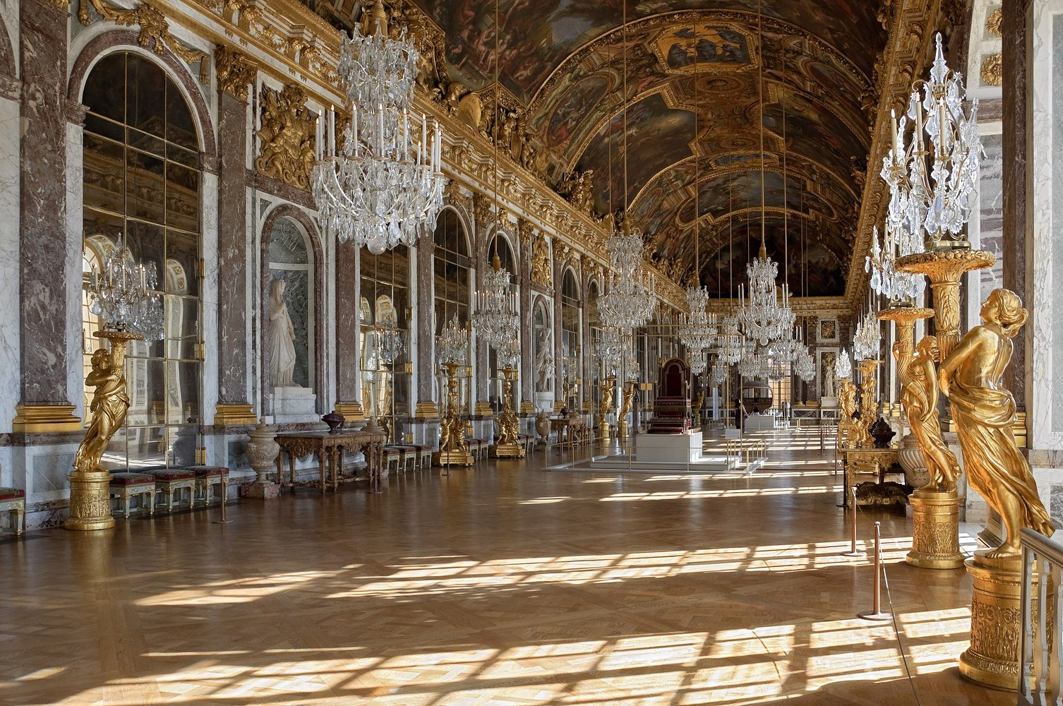 Mirrors in Architecture: Possibilities of Reflected Space,Versailles' Hall of Mirrors. Image © Wikimedia Commons User Myrabella