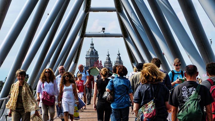 Pessoas tendem a ser mais felizes e saudáveis em bairros caminháveis, Oosterdokbrug: ponte para pedestres e ciclistas em Amsterdã. Foto: Mariano Mantel/Flickr