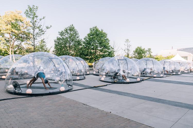 Cúpulas transparentes individuales para practicar yoga invaden los espacios al aire libre de Toronto, Cortesía de Lmnts Outdoor Studio