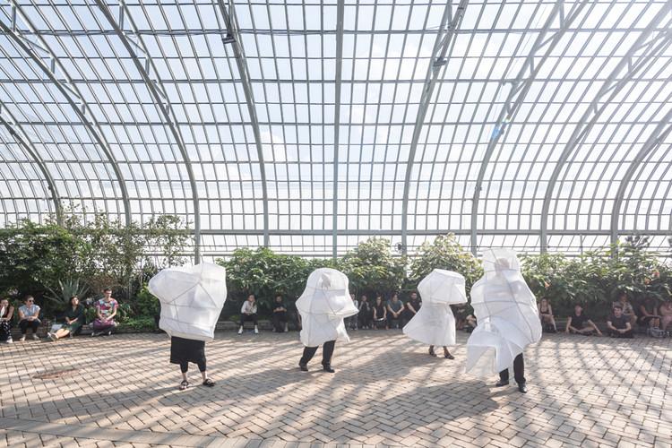 Una exposición online conecta los puntos entre performance y arquitectura, Bodybuilding, SO – IL and Ana Prvački, L'air pour l'air, Chicago, 2017. Foto por Laurian Ghinitoiu