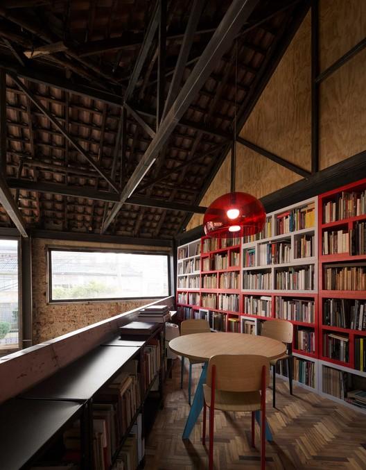 Yemail Arquitectura: Bibliotecas en espacios interiores de Colombia, Espacio Plural. Image © Federico Cairoli