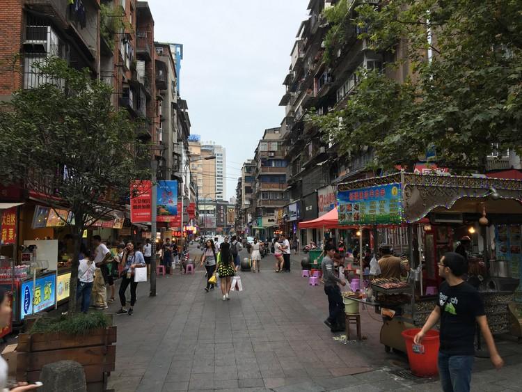 O que é acessibilidade na mobilidade e nos transportes urbanos, Área da cidade de Guanghzhou (China) com uso do solo misto e ações de desestímulo ao uso do automóvel. Image © Thiago Benicchio