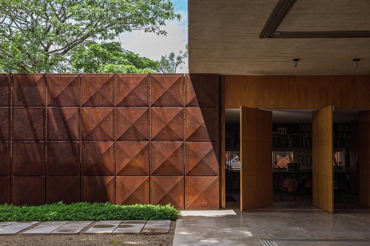 Casas en Brasil: 10 ejemplos con acero corten, Villa BLM / ATRIA Arquitetos. Imagen: © Haruo Mikami