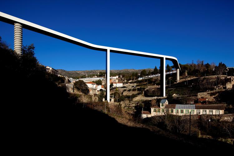 O território sob a ponte – a obra de Carrilho da Graça em Ribeira da Carpinteira, Ponte Peatonal em Ribeira da Carpinteira – Covilhã, Portugal. Image © Fernando Guerra | FG+SG