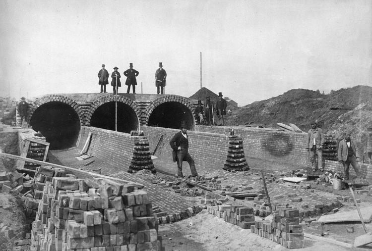 El sistema de alcantarillado de Londres en construcción (1860) Unknown author. Image © Ineuw [Wikimedia] Bajo dominio público