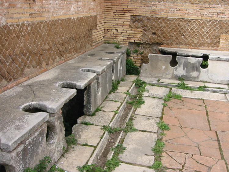 Antiguas letrinas romanas . Image © Fubar Obfusco [Wikimedia] Bajo dominio público