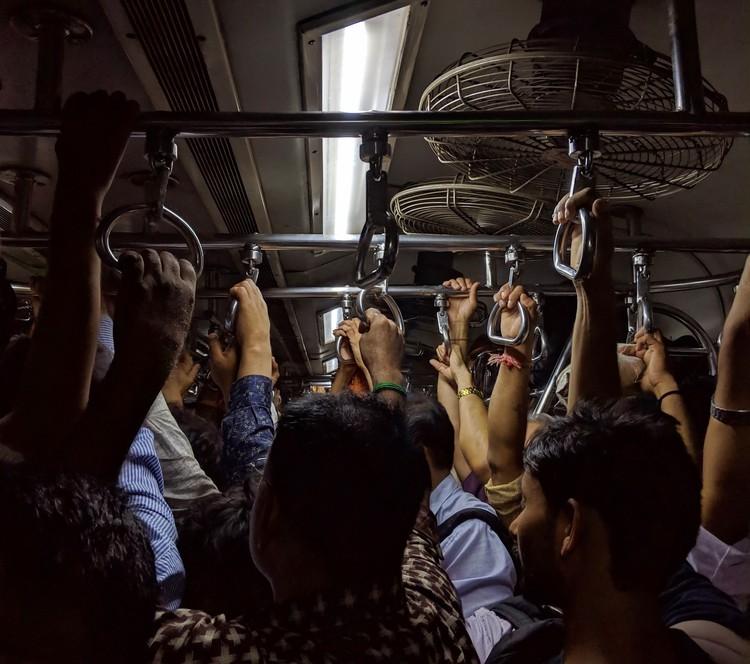 Circulação para trabalho explica concentração de casos de Covid-19, Foto de Hari Menon, via Unsplash