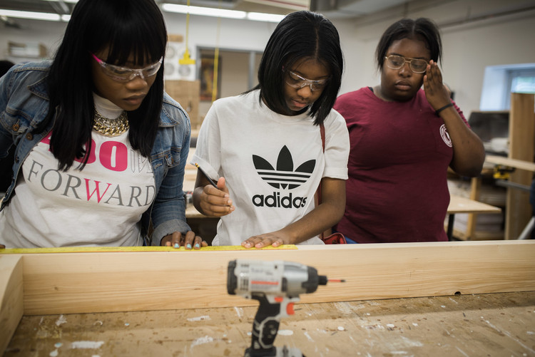 Capacitando arquitetas e estudantes afro-americanas: conversa com Tiffany Brown, fundadora do 400 Forward, Tiffany Brown com estudantes. Imagem Cortesia de Tiffany Brown, 400 Forward